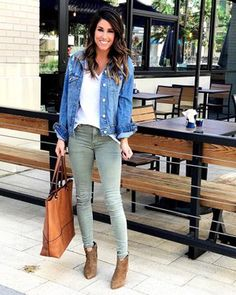 how to wear a denim jacket in spring outfits you can copy Green Jeans Outfit, Olive Pants Outfit, Jean Jacket Outfits, Denim Outfit, Fall Winter Outfits, Spring Outfits, Fashion Mode, Fashion Outfits, Mode Cool