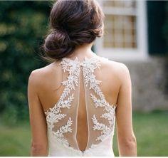オトナの花嫁から絶大な支持!「背中あき」ドレスが話題-@BAILA ワタシを惹きつける。モノがうごく。リアルにひびく。BAILA公式サイト|HAPPY PLUS(ハピプラ)集英社