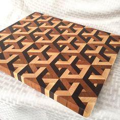 Des Cubes planche à découper End Grain Cutting Board, Diy Cutting Board, Wood Cutting Boards, Reclaimed Wood Wall Art, Wood Art, Wood Projects, Woodworking Projects, Geometric Decor, Wood Patterns