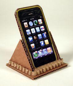 Un trozo de cartón y un poco de pegamento, la base más sencilla para tu móvil