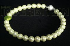 ROMEA GREEN. Halskette aus grünen Muschelkernperlen auf plastifiziertem Silberdraht. Herz aus Murano-Glas mit Echtgoldeinlage. Magnetischer Verschluss aus gebürstetem Sterlingsilber 925.