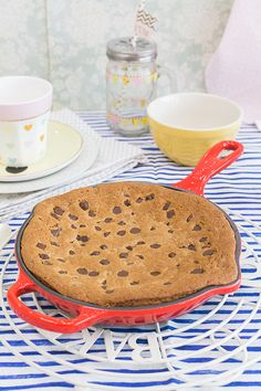 Mega Cookie de Nutella en sartén skillet En el vídeo de esta semana os muestro cómo hacer una mega cookie o galleta gigante rellena de Nutella. Es una galleta que se hornea directamente en una sartén apta para horno y queda con una textura increíble. El resultado final es una galleta abizcochada, y como está rellena de Nutella, su interior queda muy jugoso. También se puede rellenar con otros ingredientes como dulce de leche o crema de cacahuete. Eso ya depende de vuestros gustos. Lo que sí…