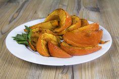 Nun hat er wieder Saison: der Kürbis. Das orange Allroundtalent schmeckt nicht nur gut, sondern ist auch voller Nährstoffe. Probier jetzt unser Rezept - gebackene Kürbisspalten.