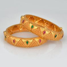 Owing to Marathi religious & traditional value, we offer exquisite range of latest designs for Indian traditional gold diamond jewellery, maharashtrian wedding / bridal ornaments and designer Indian jewellery. 24k Gold Jewelry, Gold Wedding Jewelry, Hand Jewelry, Antique Jewelry, Gold Necklace, Gold Bangles Design, Gold Jewellery Design, Diamond Jewellery, Gold Pendent