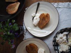 Nämä panopäärynät eli karamellisoidut päärynät ovat jälleen puolisoni reseptivihkosesta. Niin herkullisia, että kokille kiitos. Pancakes, French Toast, Breakfast, Pears, Food, Mascarpone, Morning Coffee, Eten, Meals