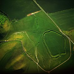 Uffington white horse. 110-meter chalk figure in the English county of Oxfordshire. ( 3000 years )