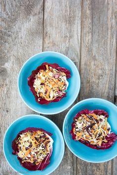 Spicy Quinoa Salad Bowl mit einem cremigen Erdnussbutterdressing