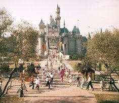 What Disneyland looked like when it first opened. Disneyland in Walt Disney in Anaheim. Early days of Disneyland. Disneylândia Vintage, Disney Vintage, Retro Disney, Disney Cute, Vintage Disneyland, Disney Theme, Original Disneyland, Punk Disney, Vintage Mickey