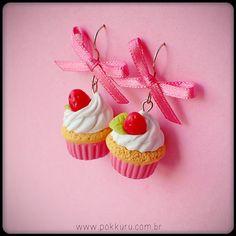 brincos mini cupcake com morangos silvestres - seu coração derretendo