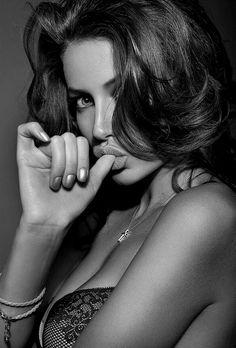 Seductive pose -- for more women photography, visit my board http://pinterest.com/davidos193/la-femme/