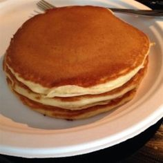 These delicious pancakes are said to resemble those from a famous pancake house. The batter rests in the refrigerator for 30 minutes, making the cakes extra fluffy. Ihop Pancake Recipe Without Buttermilk, Ihop Pancake Recipe Copycat, I Hop Pancake Recipe, Buttermilk Pancakes, Pancake Recipes, Copycat Recipes, Brunch Dishes, Brunch Recipes, Breakfast Recipes