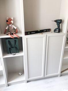 DIY billy bokhylla Ikea - Interior By Linda Wallgren Ikea Living Room, Living Room Shelves, Billy Ikea, Ikea Interior, Baby Nursery Decor, Kidsroom, Ikea Hack, Decoration, Locker Storage