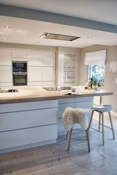 Over forty modern kitchen design ideas. The home kitchen needs to be modern, spacious and welcoming. Learn the secrets of these modern kitchen design ideas. White Kitchen Cabinets, Kitchen Cabinet Design, Interior Design Kitchen, Kitchen White, Bar Interior, Glass Cabinets, Bohemian Interior, Country Kitchen, Küchen Design
