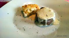 Batata Dauphinois com mignon ao molho de mostarda Dijon  Batata gratinada como molho bechamel e queijo parmesão.