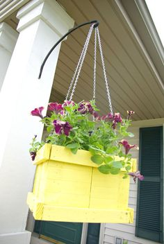 Top 10 DIY Hanging Planters That Will Make Your Garden Look Amazing - Top Inspired~~Wood Pallet Hanging Planter~~Paint it and insert potted plant inside. Diy Hanging Planter, Diy Planter Box, Diy Planters, Planter Ideas, Flower Planters, Diy Flower Boxes, Diy Flowers, Wood Pallet Planters, Wood Pallets