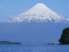 Volcan Osorno visto desde el lago Llanquihue Chile