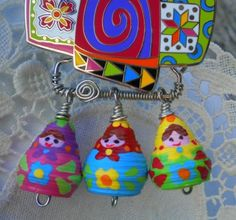 paper bead charms many good paper bead ideas Paper Bead Jewelry, Quilling Jewelry, Fabric Jewelry, Paper Beads, Paper Quilling, Paper Bracelet, Paper Earrings, Cardboard Crafts, Paper Crafts