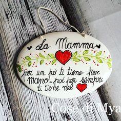 Per la #festa della #mamma targa in #ceramica con dedica CONTATTI  cosedimya@gmail.com   WhatsApp 3495474969   www.cosedimya.com   #CosediMya #fattoamano #handmade #ceramica #ceramics #ceramicart #ceramicarts #ceramicartist #festadellamamma #mothersday #mother #mom #cuore #amore #love #torredelgreco #napoli Country Paintings, Happy Family, Christmas Ornaments, Holiday Decor, Motivational, Sport, Slab Pottery, Licence Plates, Frases
