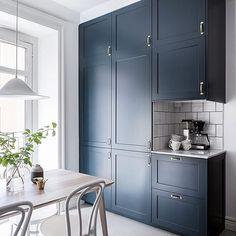 Love the color in this kitchen Tastefully renovated one bedroom apartment at Nordhemsgatan 54B. Styled by @stilorum and photo by @cimek #alvhem #alvhemmäkleri #linné