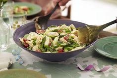 Les asperges et les pois Sugar-snap printaniers ajoutent du goût et du croquant à cette salade de tortellinis facile à réaliser.