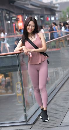 Tight camisole patches pink tight leggings, showing the slender body shape. Yoga Pants Girls, Girls In Leggings, Pink Leggings, Pink Tights, Tight Leggings, Yoga Leggings, Sexy Asian Girls, Sexy Hot Girls, Cute Girls