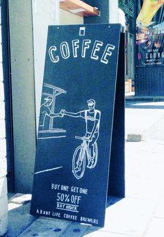 最近インテリアショップでは、自宅に飾れるサイズの小さな黒板や黒板塗料が多く販売されていますよね。「我が家もカフェ風にしたい!」と実際に購入した方も多いのでは? … Wayfinding Signage, Signage Design, Canada Toronto, Café Design, Blackboard Art, Sign Board Design, Coffee Store, Exhibition Display, Cafe Shop
