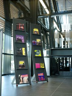 Prima Vista, the brochure stand designed by Toon van Tuijl, displays brochures, books and magazines clearly. The stand, which is freestanding, is a real eye-catcher. Five brochure holders are attached to the metal frame. A special magnetic support makes the stand suitable for smaller paper sizes. http://www.van-esch.com/en/products/brochure-stand/prima-vista