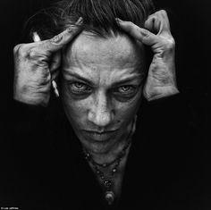 Les traits sont tirés, les visages marqués, les émotions exacerbées, les multiples portraits dévoilés par Lee Jeffries parlent là où les mots se taisent. Cet artiste engagé met en lumière les laiss…