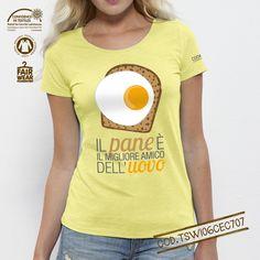 T-shirt donna Bio linea #cooking Soggetto: Uovo Colore: Iris Yellow Girocollo ampio, collo sottile a coste 1x1 con fettuccia. Orlo inferiore leggeremente ricurvo e manica con cucitura nascosta. Modello: Medium Fit Single Jersey 100% cotone biologico pettinato -Slub 120 g/mq