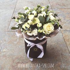 Белый букет в чёрной шляпной коробке. Цена: от 3500 р.