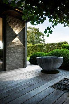 vertikaler brunnen wasserwand innenhof gestaltung modern mit k belpflanzen garten pinterest. Black Bedroom Furniture Sets. Home Design Ideas