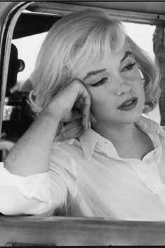 Marilyn Monroe's Most Glamorous Moments - Marilyn Monroe Photos Filming a scene for John Huston's The Misfits in Nevada, Marilyn Monroe Sad, Estilo Marilyn Monroe, Marilyn Monroe Photos, Marilyn Monroe Poster, Golden Age Of Hollywood, Hollywood Glamour, Old Hollywood, Hollywood Actresses, Photos Rares