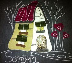 Such a cute house. Patchwork Patterns, Quilt Patterns, Hobbies And Crafts, Diy And Crafts, House Quilts, Cute House, Hand Applique, Stone Art, Quilt Blocks