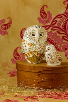 Warm tones of yellow, grey and russet adorn the body of the Owlet with flecks depicting the fluffy feather detailing. 22 carat gold detailing add beautiful highlights to the fine bone china piece adding a special finishing touch to this wonderful owlet.  Designed to pair with the Winter Owl adorned in the same swirling pattern inspired by the playful characteristics of these stunning birds, creating a perfect gift for a special someone during the winter season.