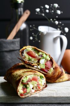 Omelet roll with guacamole and feta Beaufood - Lunch Snacks Healthy Foods To Make, Good Healthy Recipes, Gourmet Recipes, Guacamole, Feta, Lunch Wraps, Ras El Hanout, Low Carb Lunch, Wrap Recipes