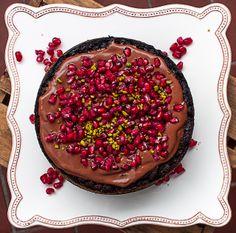 Overchoc me! Vegan chocolate cake with vegan chocolate mousse au chocolat and pomegranate /// Veganer Schokokuchen mit veganer Schoko-Mousse und Granatapfelkernen