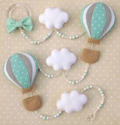 Pingente de cortina Balões Com 5 peças em feltro, 3 nuvens e 2 balões Pode ser feito em outras cores, consulte-nos! 130 cm.