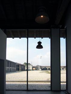 Vista dall'interno dell'edificio terziario. La luce dealle vetrate caratteriza l'immobile #ristrutturazione #uffici #architettura