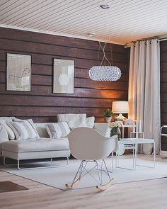 Tummat hirsipinnat tuovat upean kontrastin olohuoneen moderneille yksityiskohdille, joita edustavat mm. Foscarini valaisin, Eames RAR keinutuoli ja Hay tarjotinpöydät. Modern Loft, Cottage Design, Office Decor, Living Room, Interior Design, House, Furniture, Home Decor, Lounges