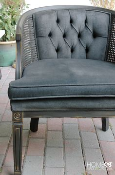 See how Ursula of Home Made by Carmona gave new life to the fabric and base of an old armchair by giving it a rich color change with Graphite Chalk Paint® decorative paint by Annie Sloan! Have you #MadeItMyOwn with Annie Sloan?