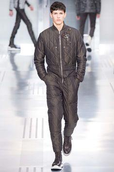 Kim Jones presented his Fall/Winter 2015 collection for Louis Vuitton during Paris Fashion Week. Vogue Paris, Louis Vuitton Hombre, Lv Men, Fashion Show, Mens Fashion, Mens Fall, Fall Winter 2015, Suit And Tie, Moda Masculina