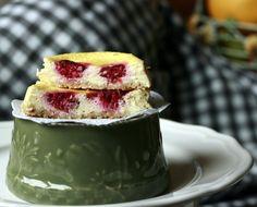 Cheesecake este prajitura pe care o fac cel mai des, se face repede, e gustoasa, versatila si destul de sanatoasa. De data asta am facut pentru Gloria, cu zmeura. Cum ea are sub un an si oricum nu …