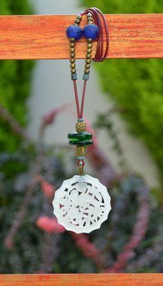 Colgante  zen jade marfil y cuentas cristal verde de Doce Cuentas por DaWanda.com