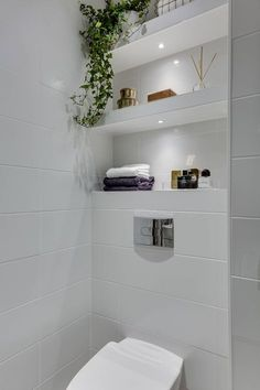 One of the main struggles of a small bathroom is the lack of storage. You can minimize, sure, but there are always a few things you will definitely need in your bathroom: towels, makeup, toothpaste… Bathroom Toilets, Laundry In Bathroom, Small Bathroom Storage, Bathroom Shelves, Bathroom Vanities, Small Bathrooms, Glass Shelves, Small Baths, Hanging Shelves