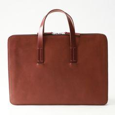 シンプルで使い勝手の良い++アーリーハリウッドレザーバッグ素材には高級なオリジナルレザー(牛革)を使用し、経年変化を楽しむ事ができます。++熟練の職人が丁寧に仕上げた、長く愛用出来る逸品。シンプルなバッグながら、ディティールにこだわった上品なバッグです。革を贅沢に使用したデザインで、個性的なルックスも魅力的です。++そのルックスから、ビジネスでも使用でき、人目を引くバッグです。ウォレットのインナーは全てファスナーにて閉じられていますので内容品のセキュリティを確保しています。++ファスナーの引き手にはファスナーノブが付属します。+インナーデザインは使い勝手に考慮しています。++シングルポケットを2箇所備えており、様々なものを収納できるようされています。++++モバイル端末やドキュメントケースとしてもお使いいただけます。