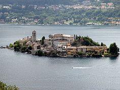Lac d'Orta et île San Giulio. Le lac d'Orta ou Cusio (en latin Cusius1) est un petit lac alpin de la province de Novare et de celle du Verbano-Cusio-Ossola, en Italie du Nord. Situé entièrement dans la région du Piémont, le lac d'Orta est un des plus romantiques et tranquilles de la plaine du Pô.