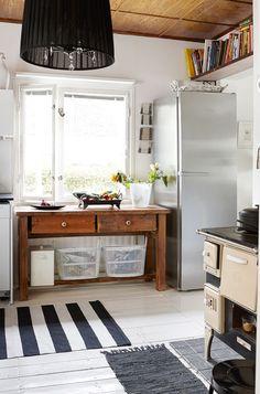 Mokosta hankittu sivupöytä toimii hyvin työtasona. Tean poika rakensi pöytään laatikot aterimien säilytystä varten. Tason alle koreihin kerätään tyhjät pullot ja pahvijätteet. Helmi-kissa kulkee sisään ja ulos keittiön ikkunasta sille tehtyjen pienten tikapuiden avulla. Kissa, Kitchen Island, Buffet, Cabinet, Storage, Furniture, Home Decor, Island Kitchen, Clothes Stand