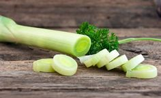8 Important Health Benefits of Leeks - Reasons Why You Should Eat More Leeks - Serving Joy - Inspire Through Sharing Fruit Bio, Legume Bio, Farmers Almanac, Leek Soup, Healthy Options, Freezer Meals, Celery, Health Benefits, Herbalism