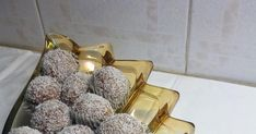 Υλικά 1 ζαχαρούχο  1,5 φλιτζάνι μπισκότα αλεσμένα  1 φλιτζάνι ινδική καρύδα  μισό φλιτζάνι καρύδια αλεσμένα.   Ζυμώνουμε όλα μαζί τα κάν... Greek Sweets, Alpha Kappa Alpha, Cake Recipes, Fit, Blog, Easy Cake Recipes, Shape, Blogging, Cake Tutorial