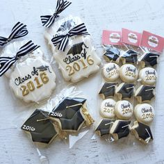 These cookies, tied with a ribbon and tag in the colors of your alma mater (or college-to-be), make for an elegant party favor at your graduation party. Graduation Desserts, Graduation Party Foods, College Graduation Parties, Graduation Cupcakes, Graduation Celebration, Graduation Decorations, Grad Parties, Cake Pops, Cookies Decorados